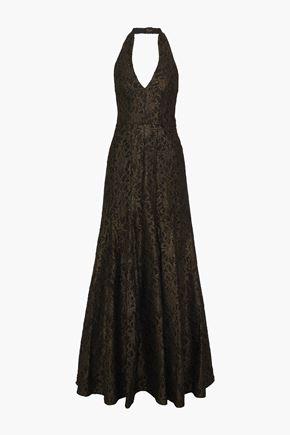 HALSTON فستان سهرة بحمالة عنق من الدانتيل لون ميتاليك مع أطراف واسعة