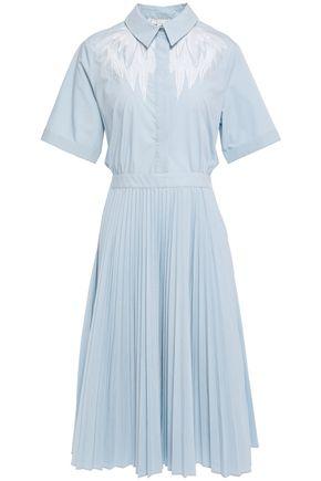 """MAJE فستان متوسط الطول على شكل قميص """"ريفر"""" من البوبلين المطرز مع أجزاء مقصوصة"""