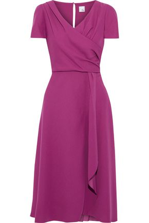 "IRIS & INK فستان متوسط الطول ""جاكاراندا"" بتصميم ملتفّ من الكريب"