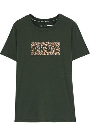 DKNY تيشيرت من الجيرسي المصنوع من مزيج القطن مطبع بشعار الماركة
