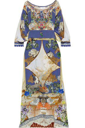 """CAMILLA فستان طويل """"ميوز نوفلز"""" من قماش كريب دي شين الحريري المزين والمطبع برسومات مزوّد بحزام"""